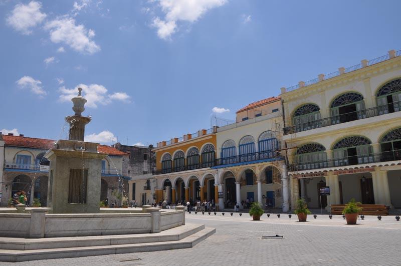 PLAZA VIAJE LA HABANA CUBA . ARQUITECTURA